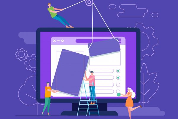 Équipe webmarketing issant differents points stratégiques sur un écran d 'ordinateur