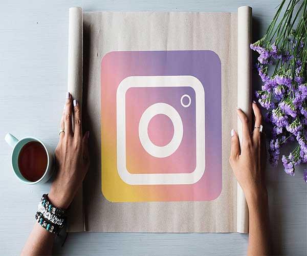 Logo Instagram sur un parchemin déplié